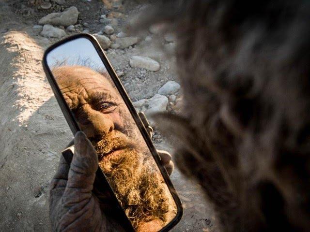 Vücudunu kir tabakası kaplayan adam, 65 yıldır tıraş da olmuyor.