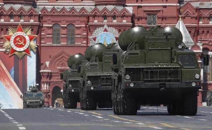 Sovyetler Birliği döneminde S-300 füzelerinin üretilmesinden sonra geliştirilmeye başlayan&nbsp;<strong>S-400 sistemi</strong>, 2007'den bu yana Rusya'nın silah envanterinde yer alıyor.